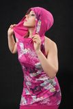 Mulheres bonitas novas no vestido carmesim no estúdio Imagens de Stock