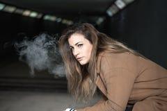 Mulheres bonitas novas que fumam o cigarro Foto de Stock