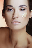 Mulheres bonitas que aplicam o creme fêmea da composição fotos de stock royalty free