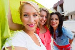 Mulheres bonitas que apreciam o tempo passado junto Imagens de Stock