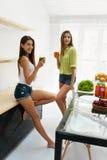 Mulheres bonitas que bebem a desintoxicação fresca Juice For Healthy Nutrition Imagem de Stock