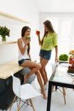 Mulheres bonitas que bebem a desintoxicação fresca Juice For Healthy Nutrition Fotos de Stock Royalty Free