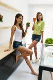 Mulheres bonitas que bebem a desintoxicação fresca Juice For Healthy Nutrition Imagem de Stock Royalty Free