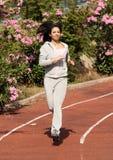 Mulheres bonitas que fazem esportes na trilha do tartan fotografia de stock royalty free