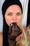 Mulheres bonitas que fumam um cigarro Foto de Stock