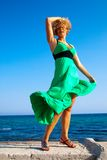 Mulheres bonitas que jogam com vento imagem de stock