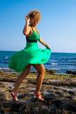 Mulheres bonitas que jogam com vento fotografia de stock