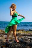 Mulheres bonitas que jogam com vento fotografia de stock royalty free