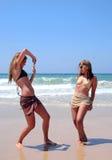 Mulheres bonitas que jogam na praia Imagens de Stock