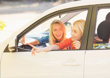 Mulheres bonitas que olham para fora da janela de carro fotografia de stock