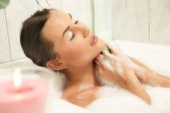 Mulheres bonitas que relaxam em seu banho imagens de stock