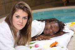Mulheres bonitas que relaxam em uns termas Fotos de Stock