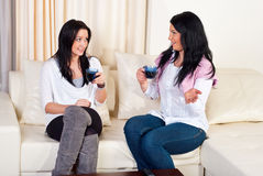 Mulheres bonitas que têm a HOME da conversação fotos de stock royalty free