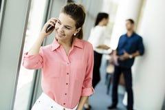 Mulheres bonitas que usam telefones e talkin durante a ruptura imagem de stock royalty free