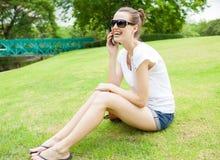 Mulheres bonitas que usam um telefone celular Fotografia de Stock Royalty Free