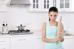 Mulheres bonitas Tired após ter limpado a casa imagens de stock royalty free