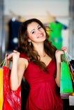 Mulheres bonitos com compra dos pacotes Fotos de Stock Royalty Free