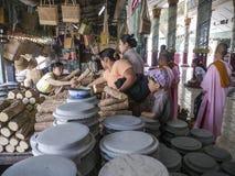 Mulheres burmese e freiras budistas que compram Thanaka, templo de Kaunghmudaw; Amarapura, Burma imagem de stock royalty free