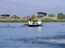 Mulheres Burmese que enfileiram uma canoa no lago Inle Fotografia de Stock Royalty Free