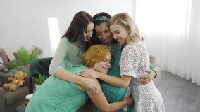 Mulheres caucasianas jovens e bonitas abraçando e sorrindo Garotas felizes abraçando sua amiga grávida Empresa do sexo feminino video estoque