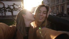 Mulheres caucasianos da forma nos óculos de sol que levantam para o selfie e o riso Olhando a câmera, vista dianteira lifestyle vídeos de arquivo