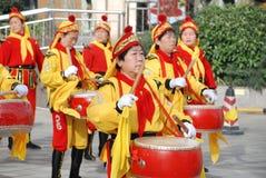 Mulheres chinesas que jogam o cilindro e o gongo Imagem de Stock Royalty Free