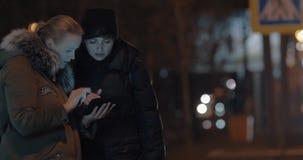 Mulheres com a almofada na cidade grande da noite video estoque