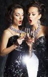 Mulheres com canções do Natal do canto do champanhe fotografia de stock royalty free