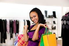 Mulheres com compra dos pacotes foto de stock