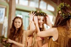 Mulheres com grinaldas florais Fotos de Stock