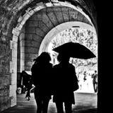 Mulheres com o guarda-chuva no dia chuvoso na beira Seine River Fotografia de Stock