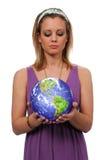 Mulheres com o mundo em suas mãos Fotografia de Stock