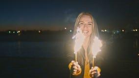 Mulheres com os chuveirinhos das velas romanas em suas mãos video estoque