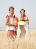 Mulheres com pão no campo Fotos de Stock
