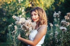 Mulheres com por do sol das flores Fotos de Stock Royalty Free