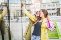 Mulheres com smartphones em uma barra foto de stock