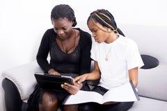 Mulheres com tabuleta Imagens de Stock