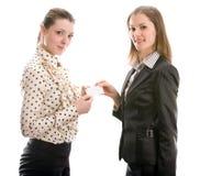 Mulheres com um cartão. Isolado no branco Foto de Stock