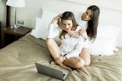 Mulheres com um portátil Fotografia de Stock Royalty Free