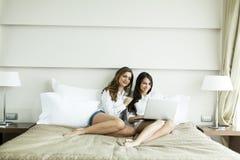 Mulheres com um portátil Foto de Stock Royalty Free