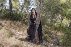 Mulheres da bruxa durante Dia das Bruxas na floresta Imagens de Stock