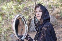 Mulheres da bruxa durante Dia das Bruxas na floresta Fotografia de Stock Royalty Free