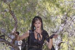 Mulheres da bruxa durante Dia das Bruxas na floresta Imagem de Stock Royalty Free