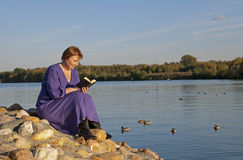 Mulheres da leitura no parque Fotografia de Stock