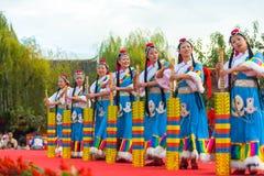 Mulheres da minoria étnica de Lijiang que dançam a fase Polo Imagem de Stock Royalty Free