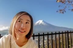 Mulheres de Ásia no ponto de vista do pagode de Chureito com Mt Fuji, Arakura S fotografia de stock