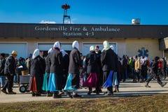 Mulheres de Amish no quartel dos bombeiros fotografia de stock royalty free