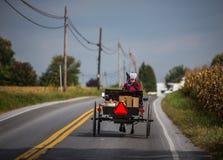 Mulheres de Amish no transporte imagens de stock royalty free