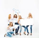 Mulheres de fascínio que apontam a placa Fotografia de Stock Royalty Free