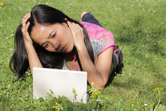 Mulheres de funcionamento no portátil Fotos de Stock Royalty Free